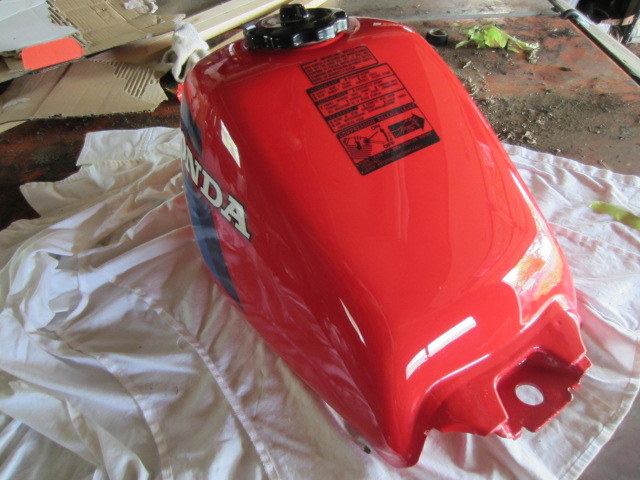 200ES BIG RED - Painting the gas tank and forks with base/clear